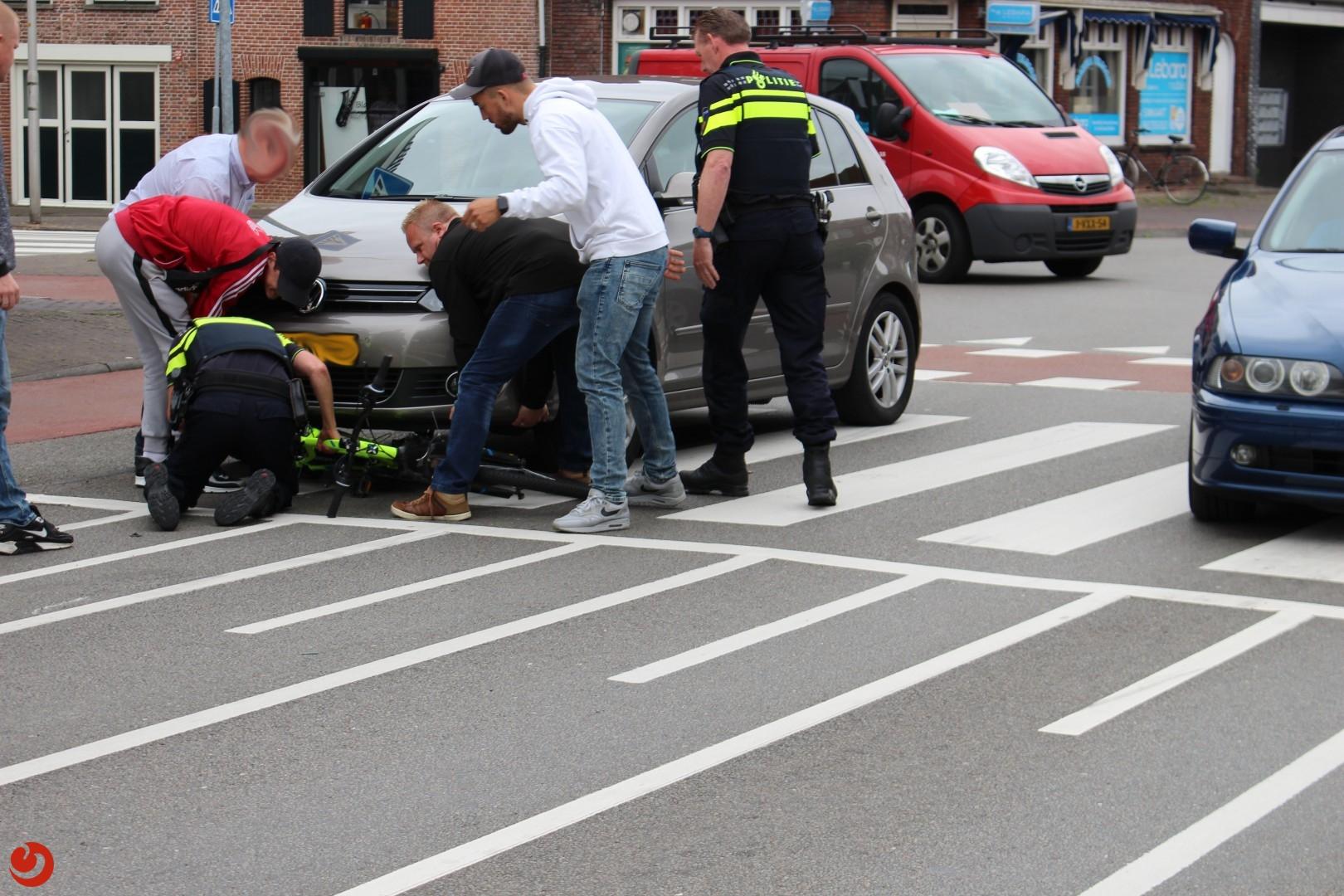 Fiets onder auto; geen gewonden