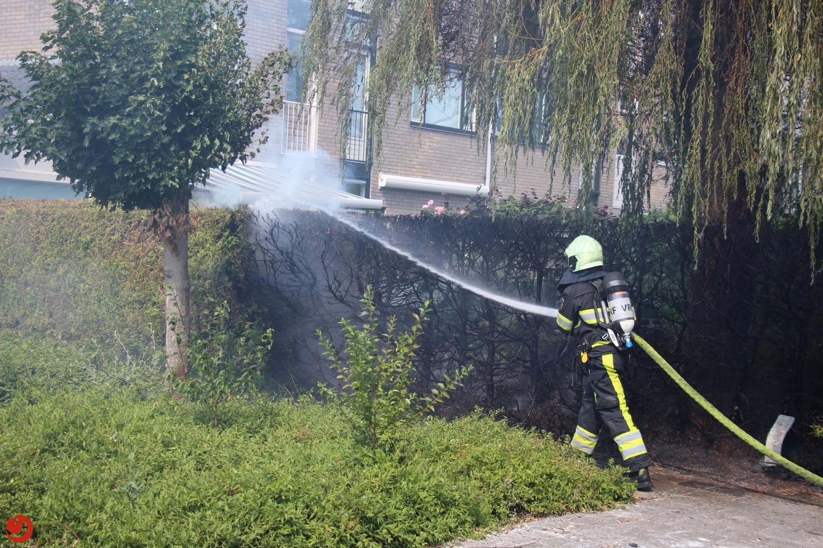 Brandweerinzet voor brandende heg