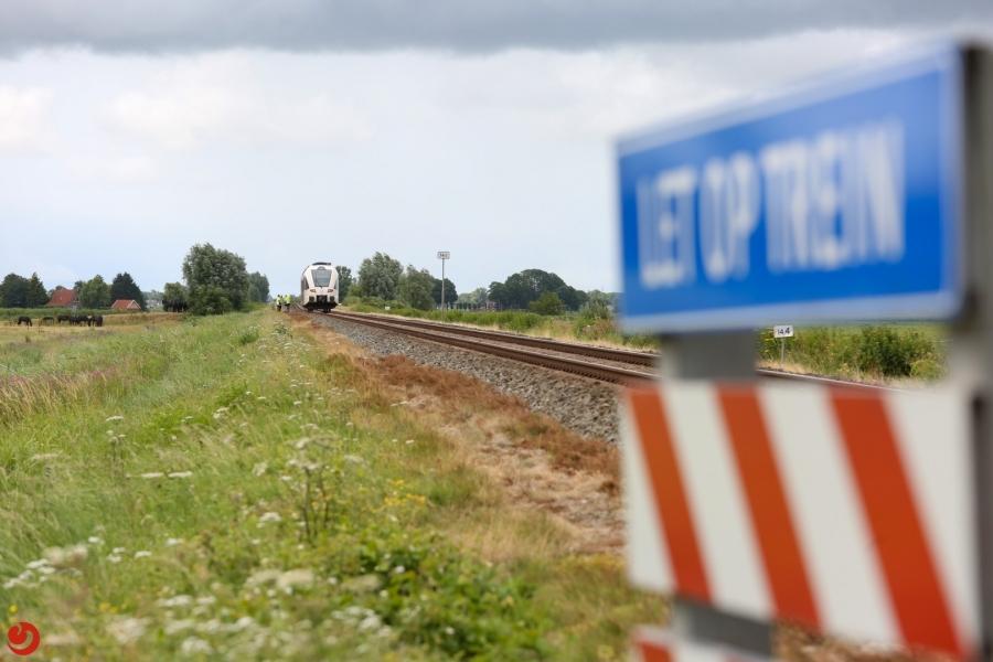 Trein schampt auto op onbewaakte overgang