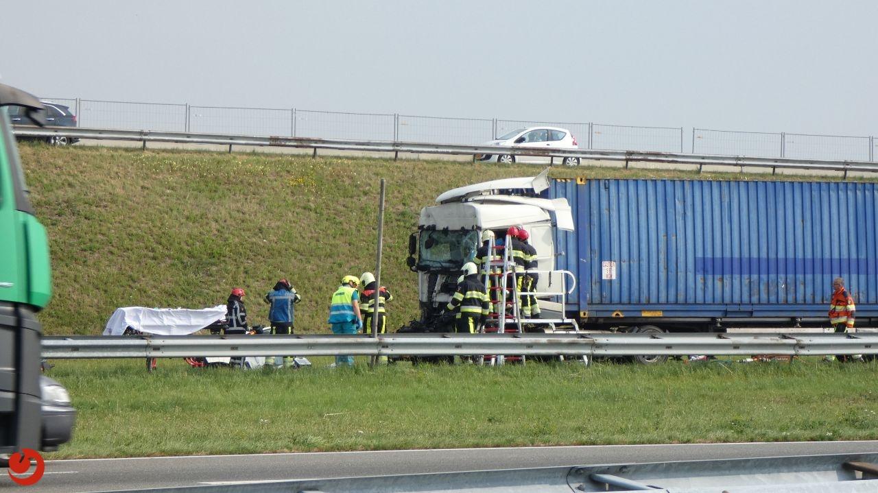 Vrachtwagens botsen op Afsluitdijk; chauffeur bekneld