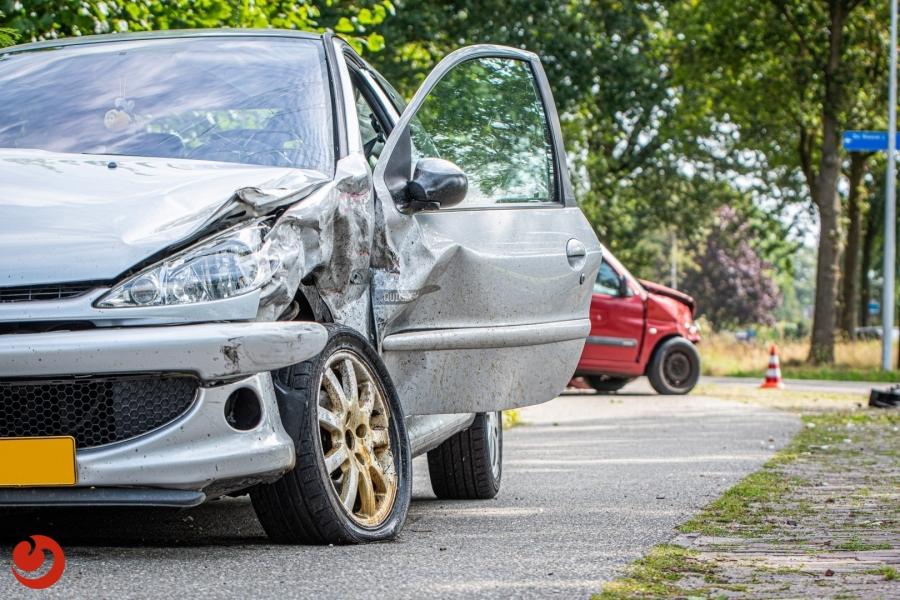 Auto in tuin na aanrijding; meerdere gewonden