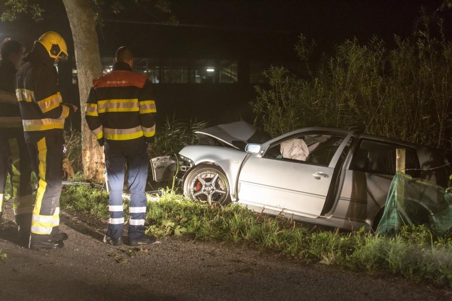 Auto botst op boom; één persoon gewond