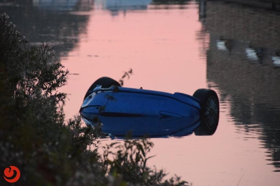 Auto te water; één gewonde