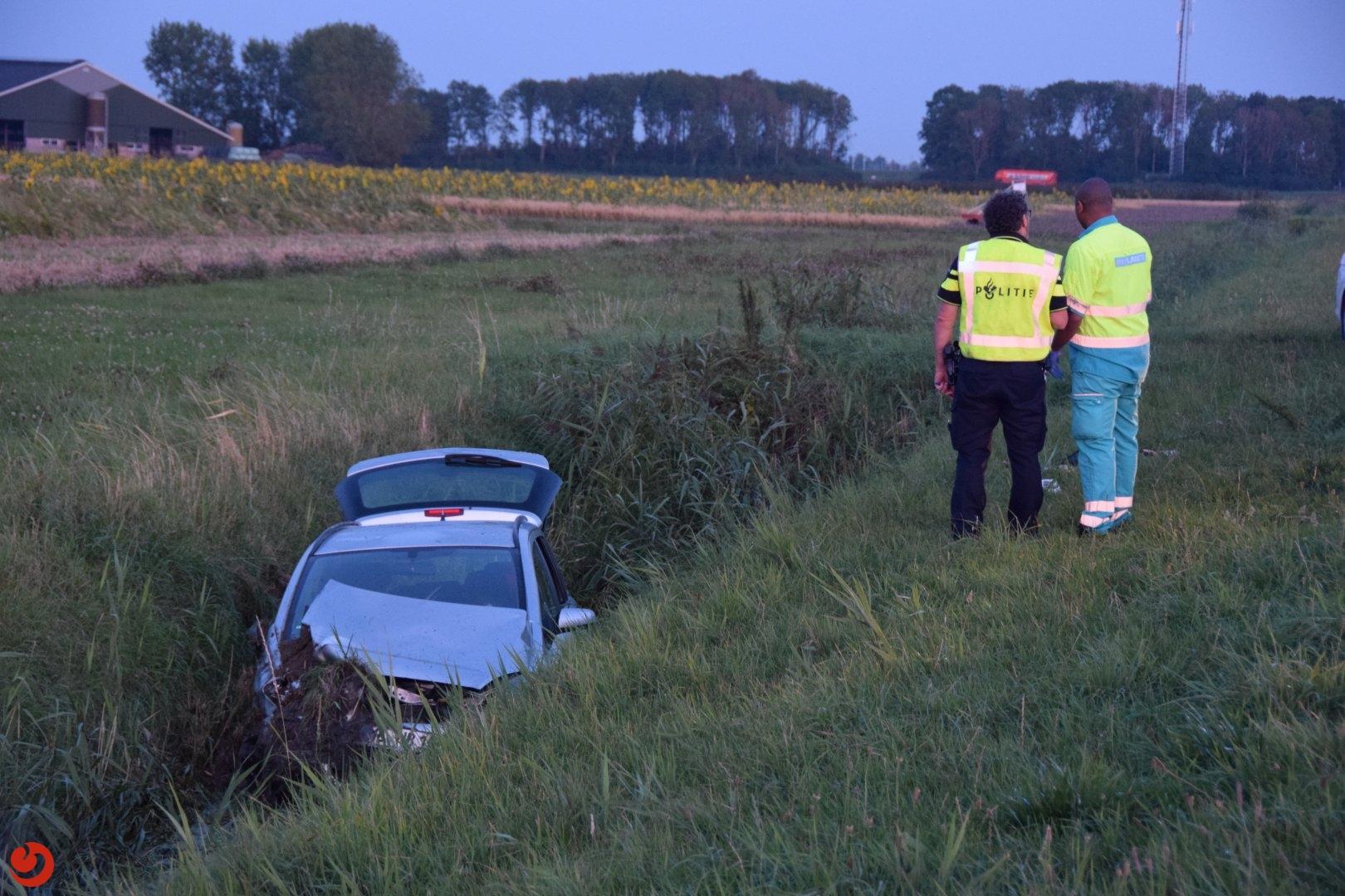Auto met zes inzittenden in sloot