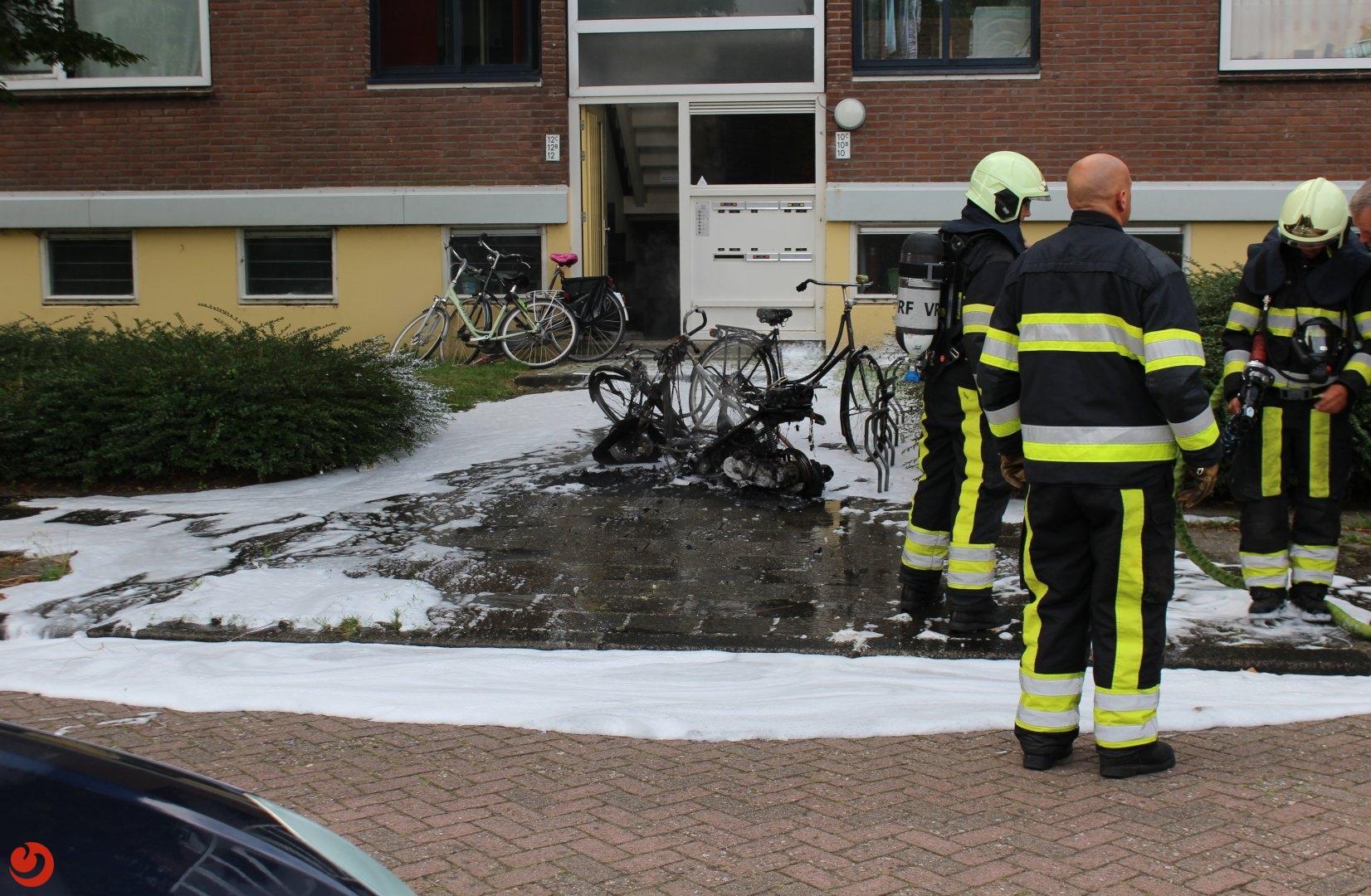 Scooter en fietsen verwoest door brand