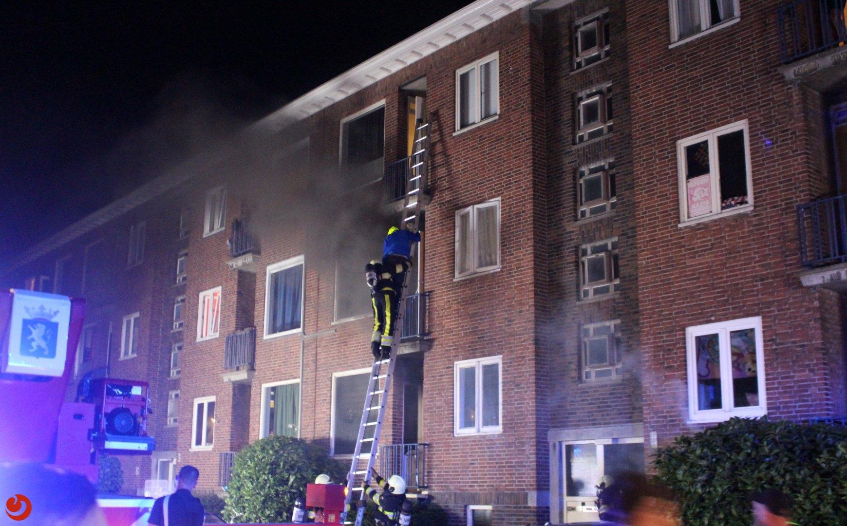 Mensen van balkon gered bij brand in portiekwoning