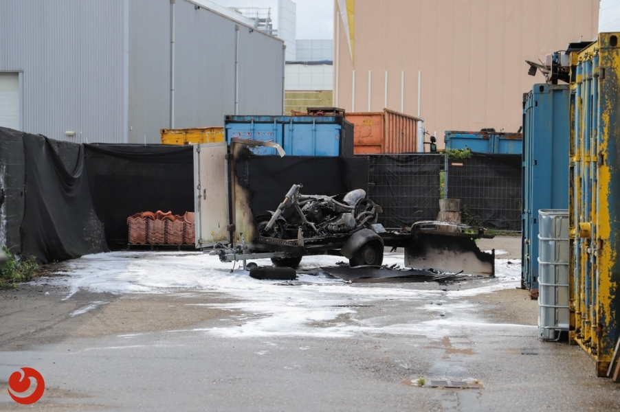 Aanhanger en motor verwoest door brand