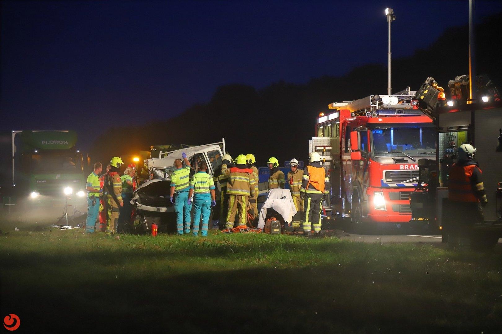 Twee zwaargewonden na botsing met vrachtwagen