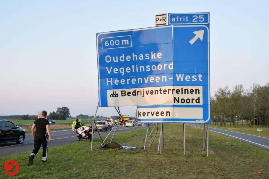 Auto en verkeersbord fors beschadigd bij eenzijdig ongeval