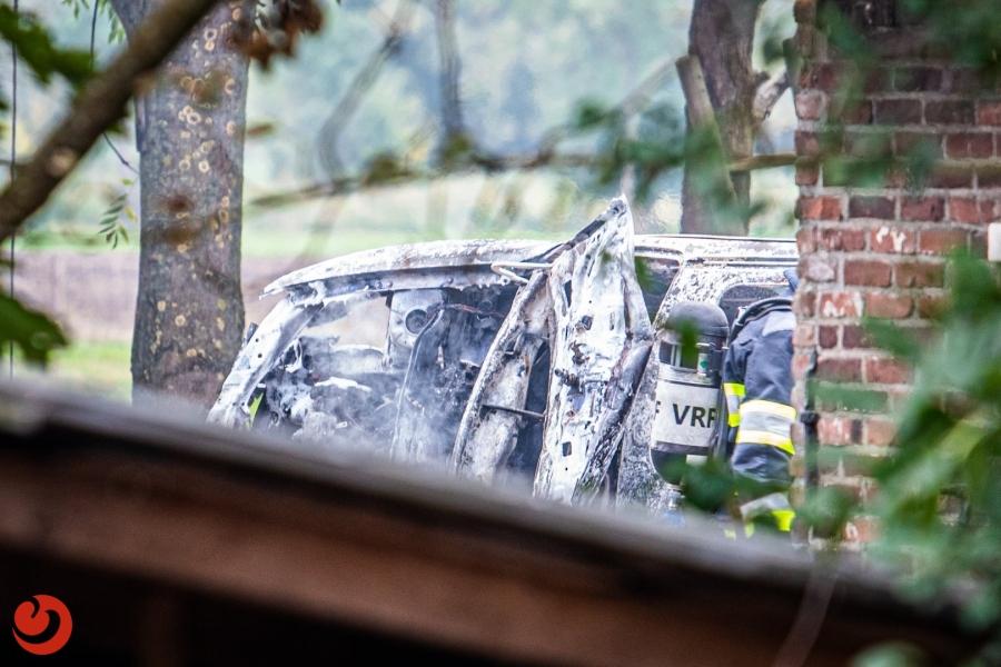 Auto brandt uit achter woning