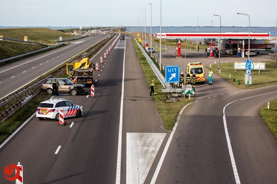 Auto botst op RIMOB Afsluitdijk; twee gewonden