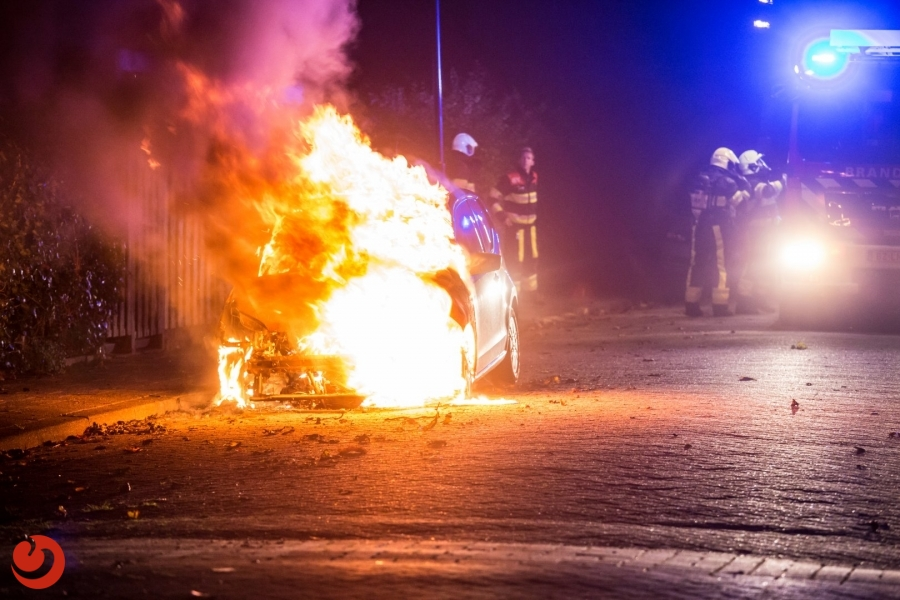 Auto brandt uit naast garage