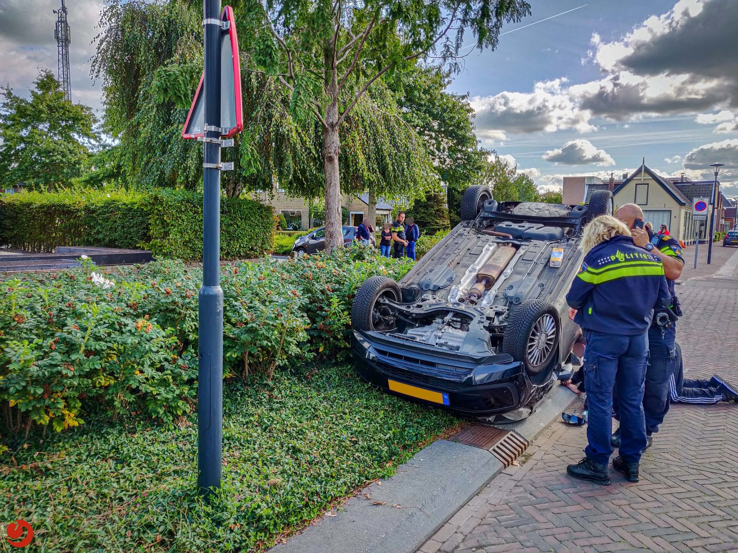 Auto ondersteboven na ongeval