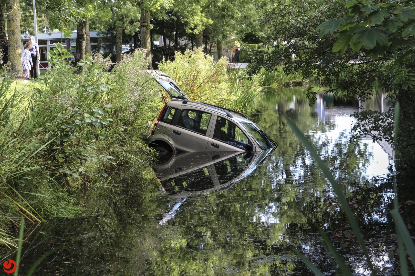 Vrouw raakt met auto te water na onwelwording