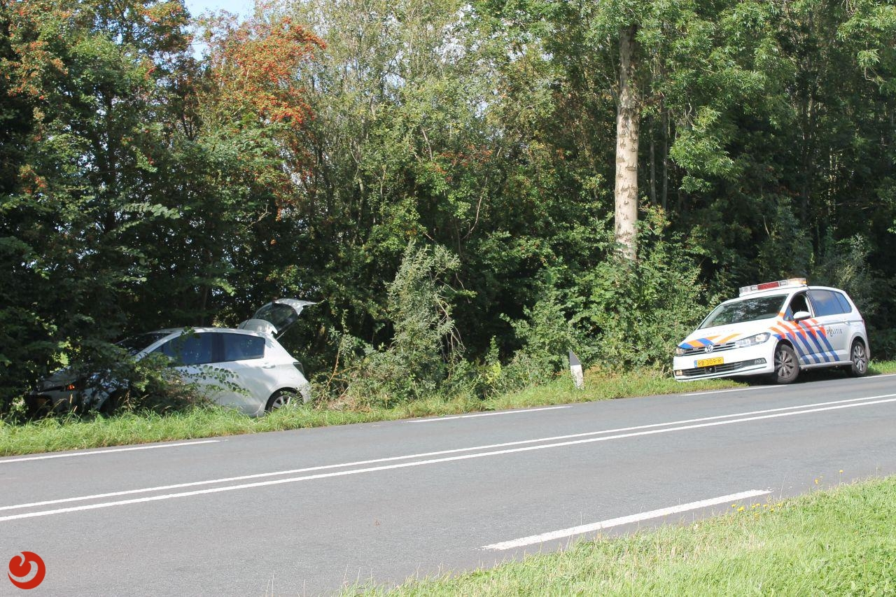 Persoon raakt onwel in auto en belandt in bosjes