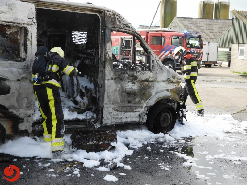 Bedrijfsbus brandt volledig uit
