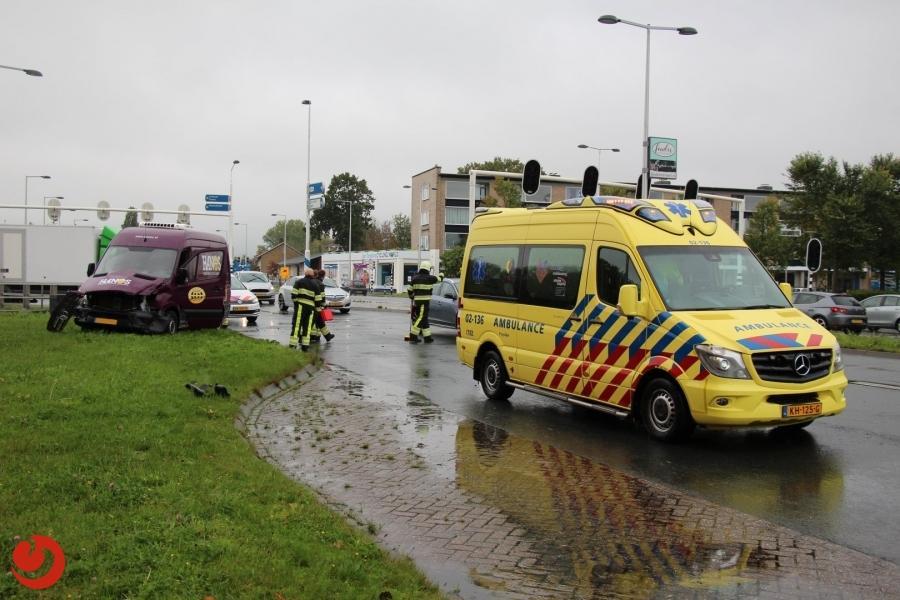 Bestelbus botst op brandweerwagen