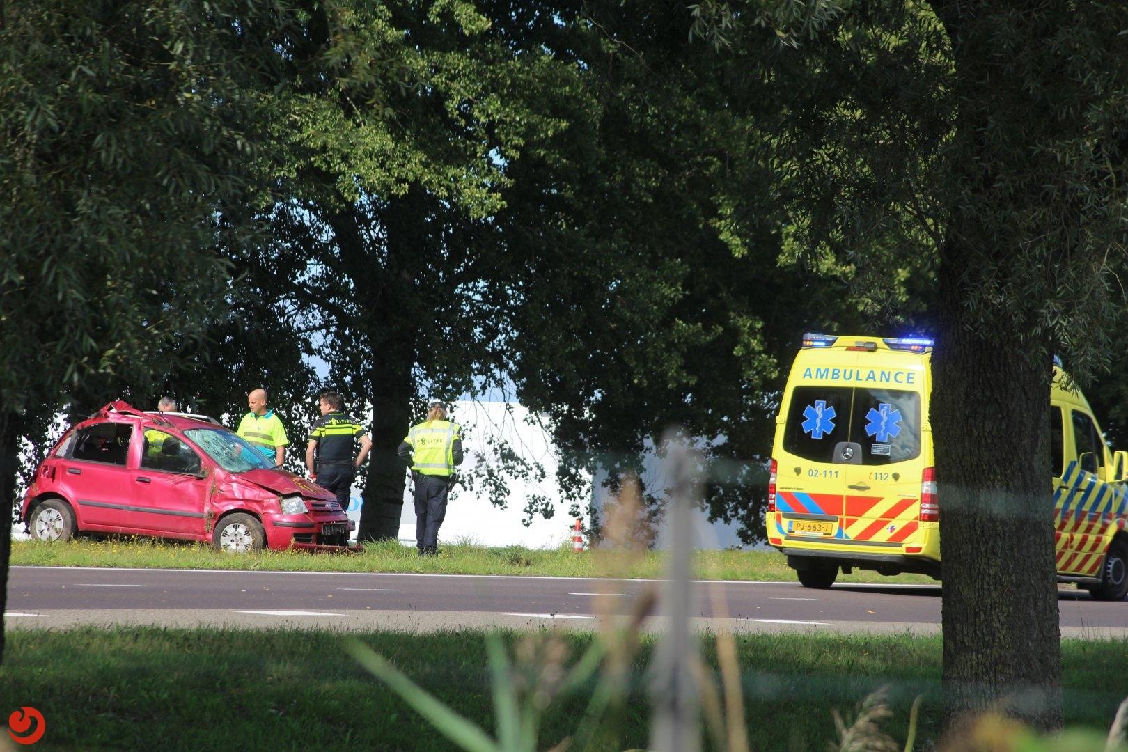 Auto over de kop; bestuurder gewond