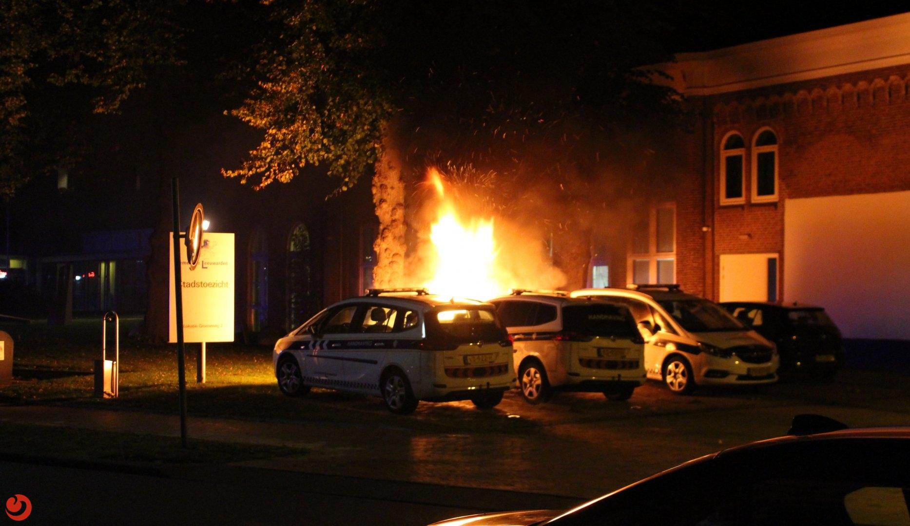 Auto van handhaving in vlammen op