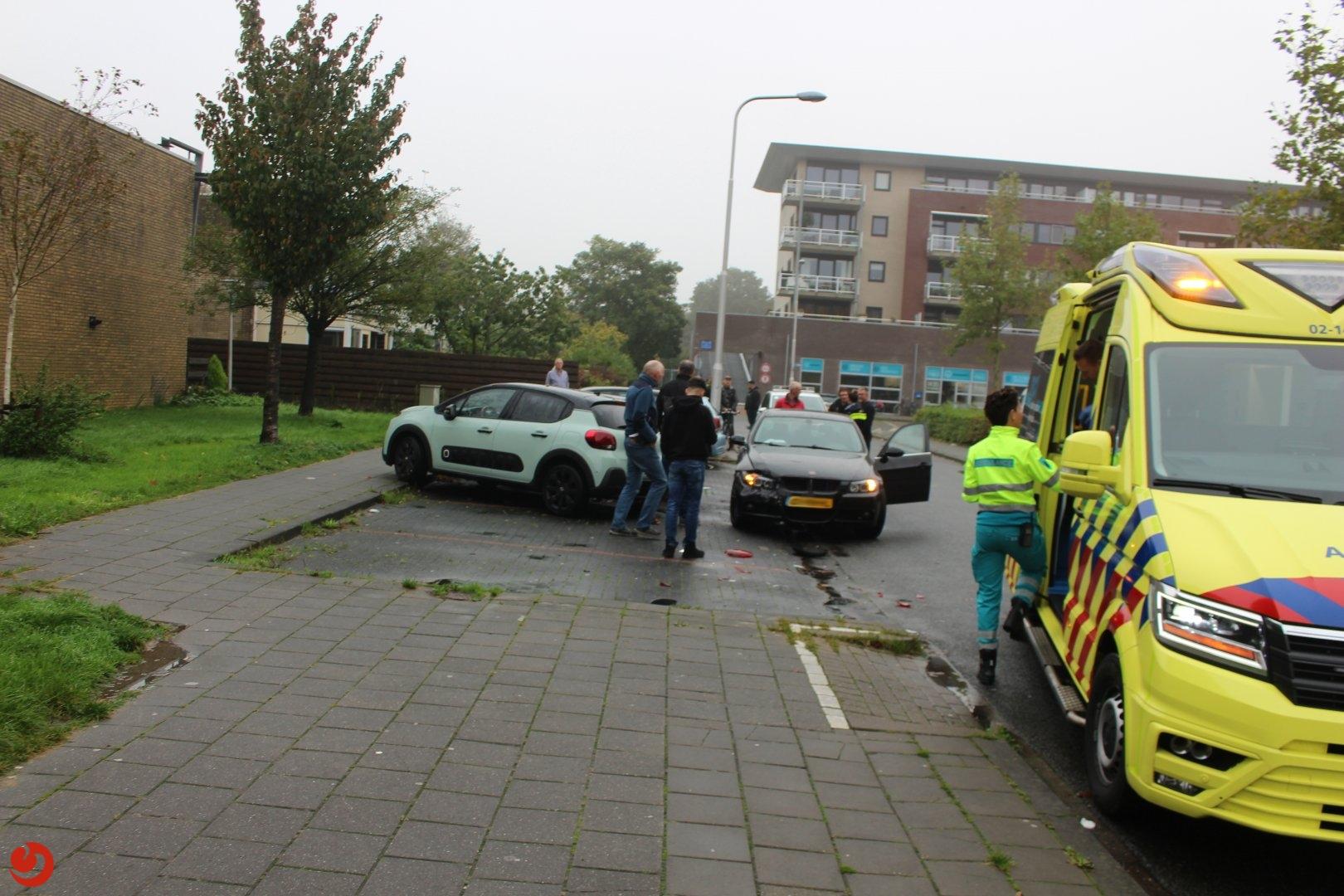 Auto ramt geparkeerde auto