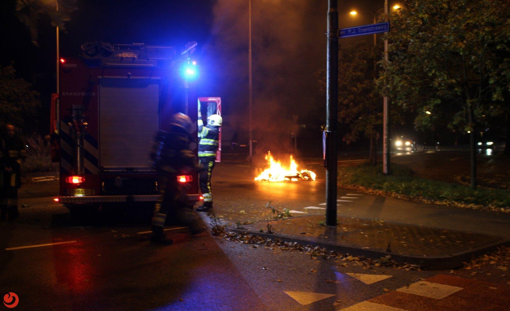 Bezorgscooter in brand op rotonde