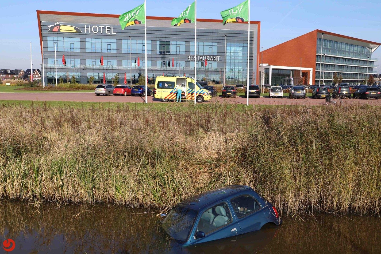 Auto belandt naast afrit in de sloot