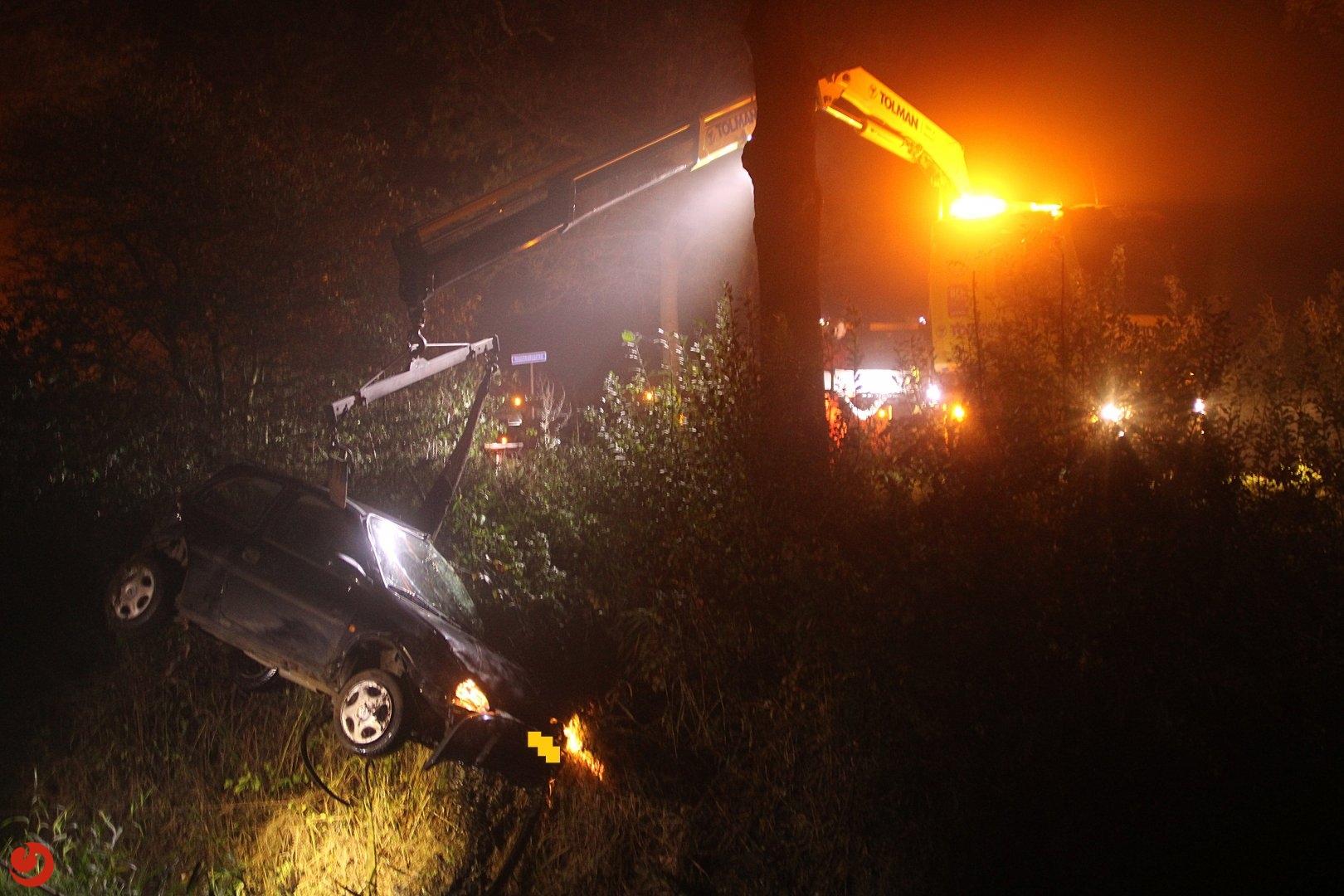 Auto in sloot; automobiliste gewond