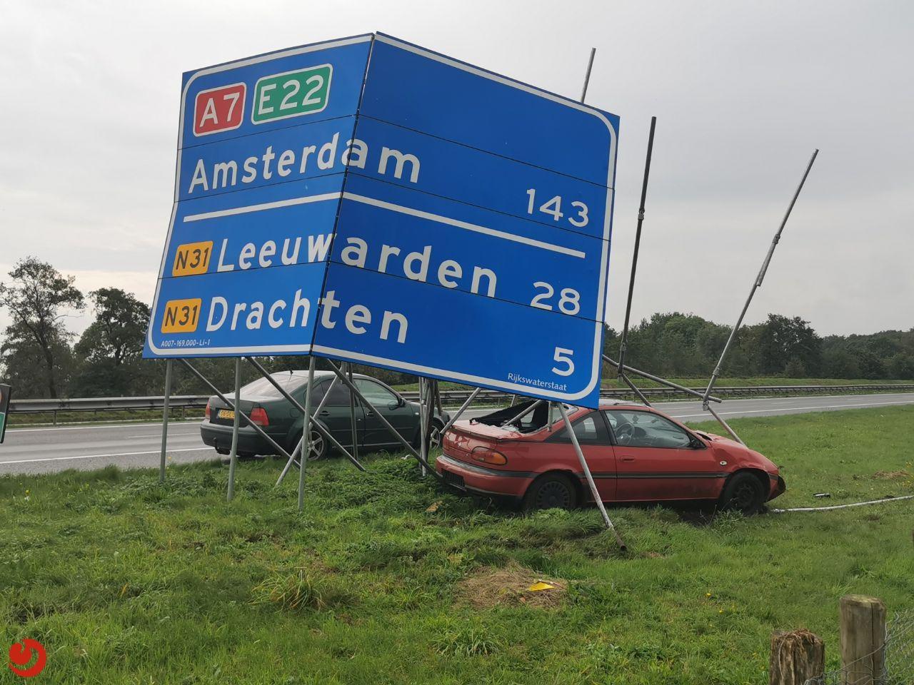 Auto botst tegen bewegwijzeringsbord