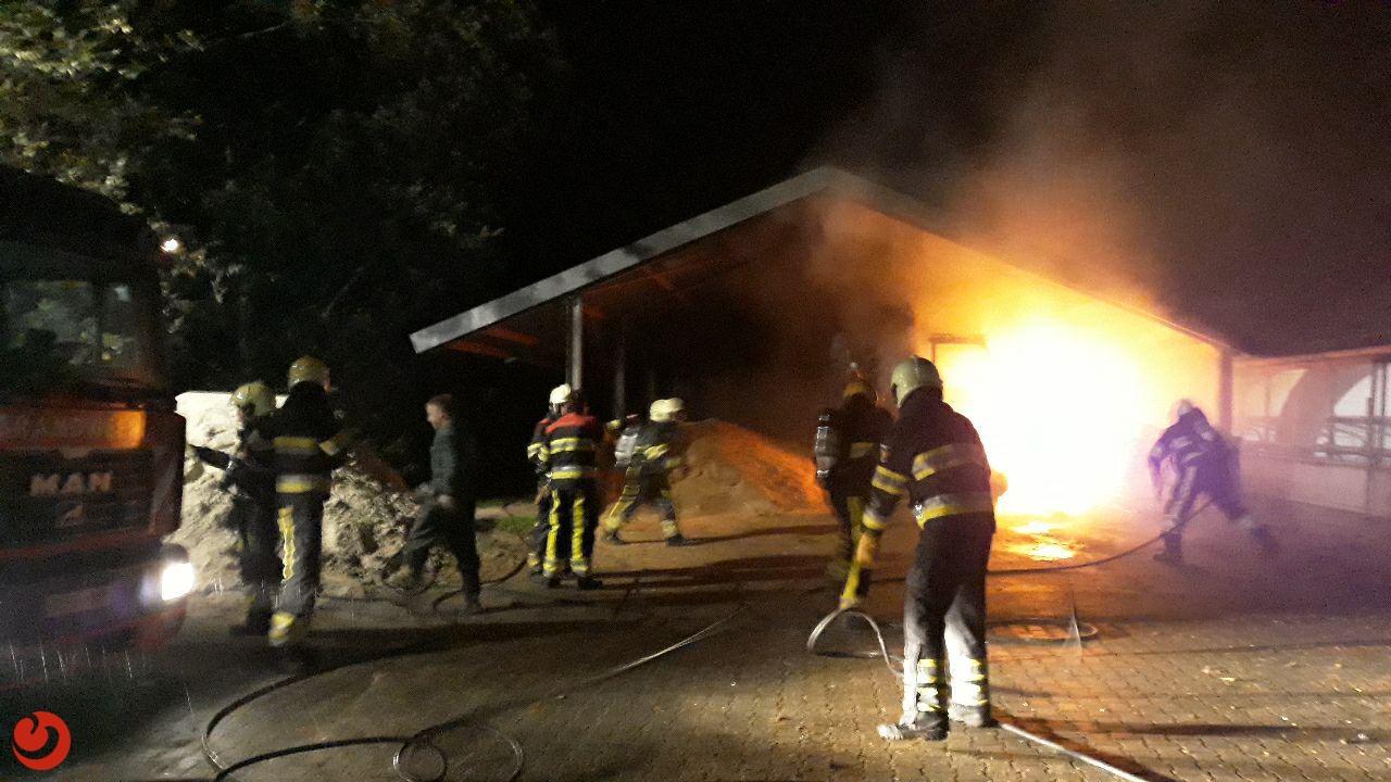 Voermengwagen verwoest door brand