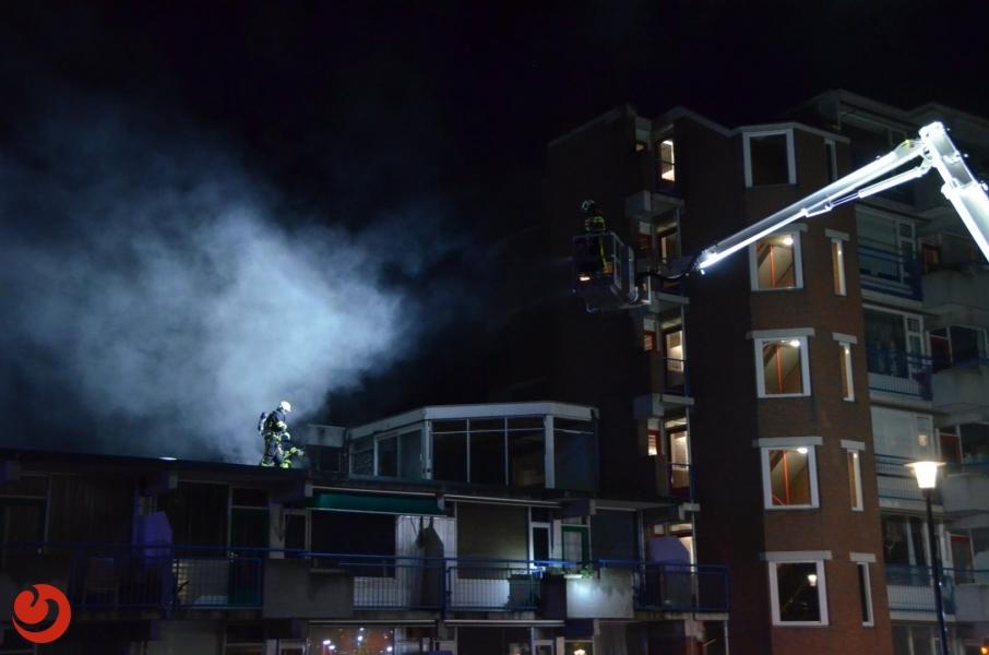 Brand op dak van wooncomplex