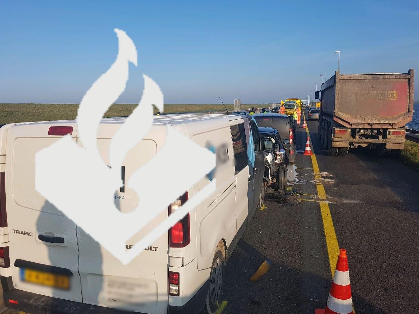 Bestelbus botst achter op auto op Afsluitdijk
