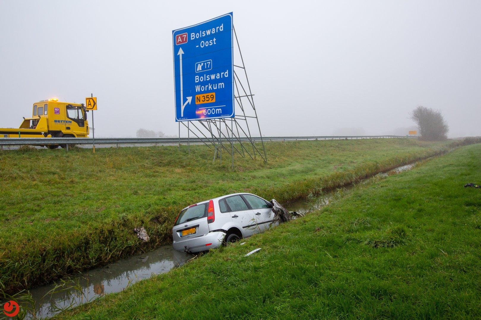Auto belandt in naastgelegen sloot na aanrijding