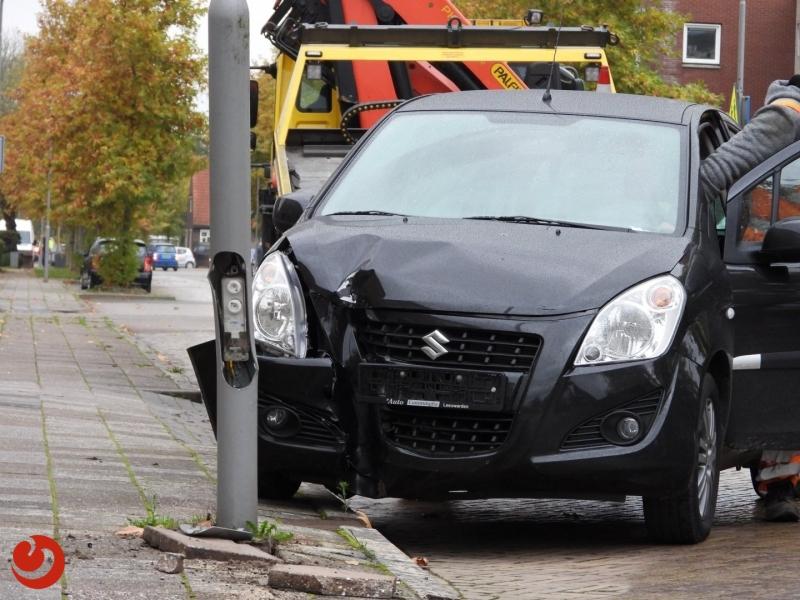 Persoon gewond bij auto tegen lantaarnpaal