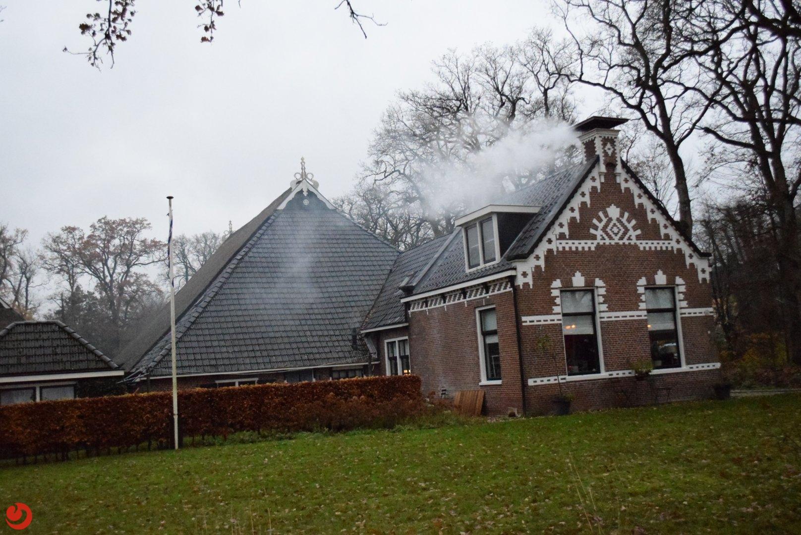 Brand in dak van woning snel onder controle