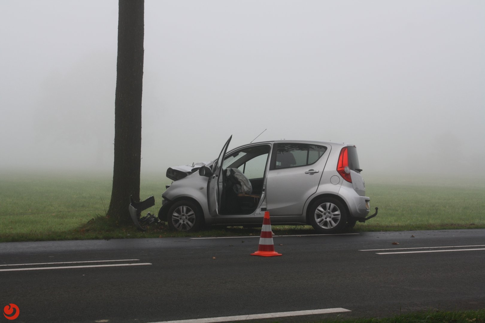 Auto botst tegen boom: vrouw zwaargewond
