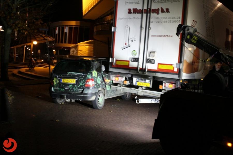 Vrachtwagen sleept geparkeerde auto mee in bocht