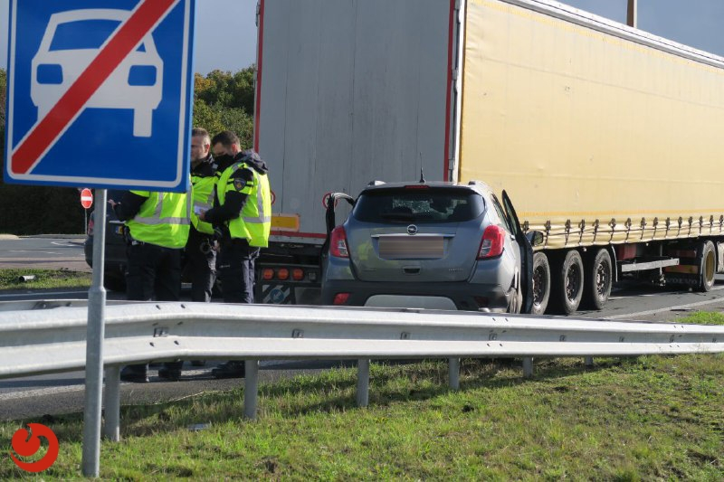 Personenauto botst achter op vrachtwagen