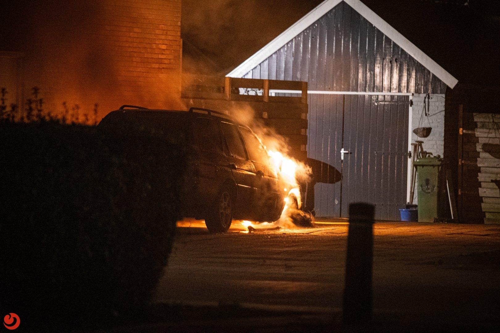 Brand verwoest geparkeerde auto