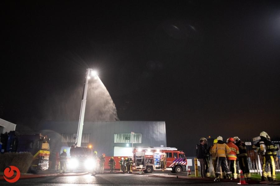 Grote brand in bedrijfspand door vrachtwagen