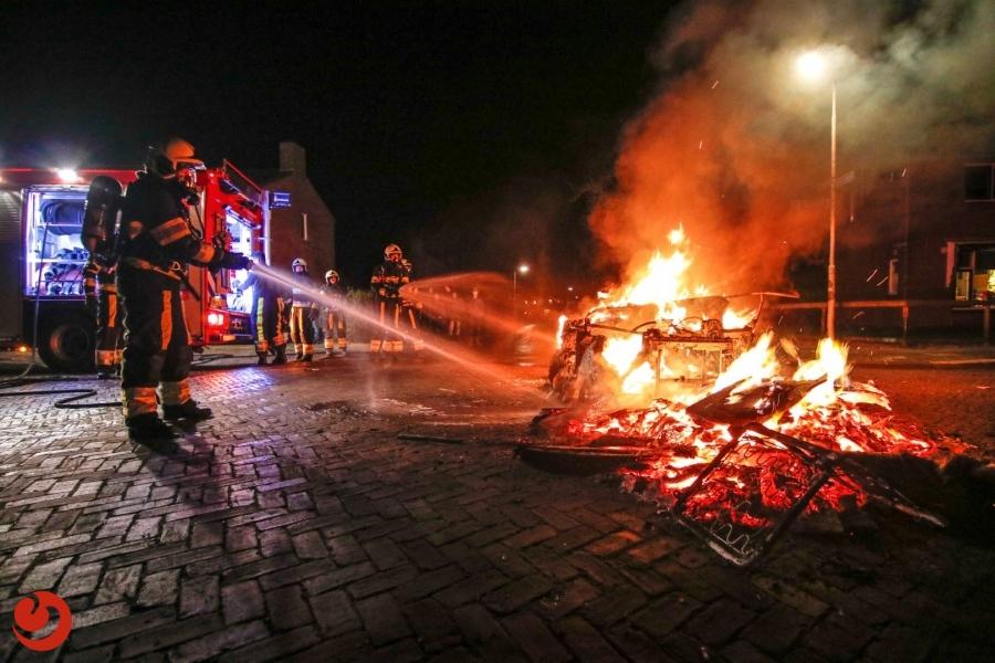Brommobiel in brand midden op kruising