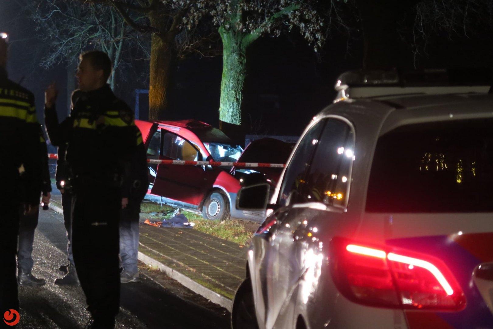 Brandweer bevrijdt zwaargewonde bestuurder uit auto