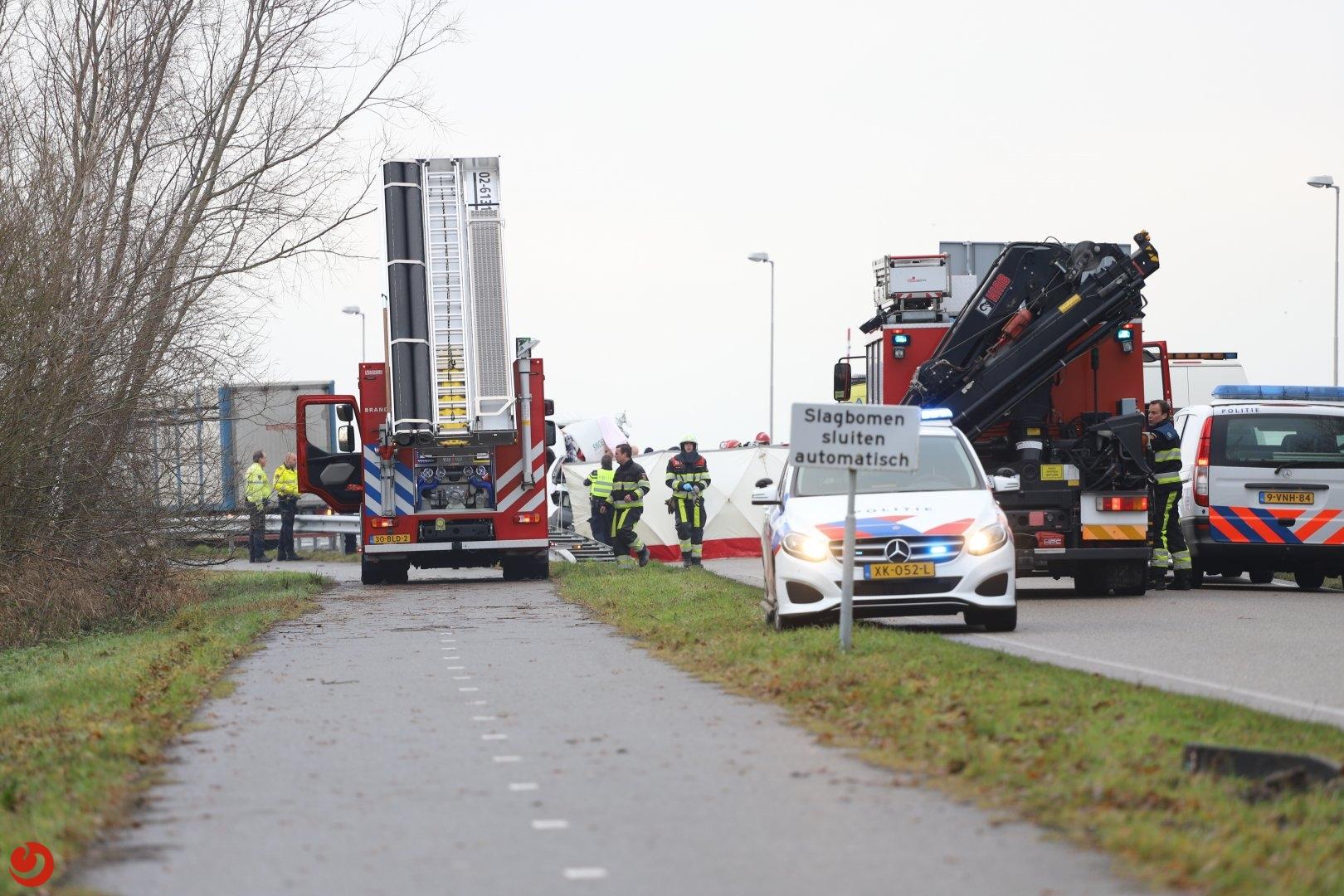 Bestuurder bestelbus overleden bij ongeval met vrachtwagen