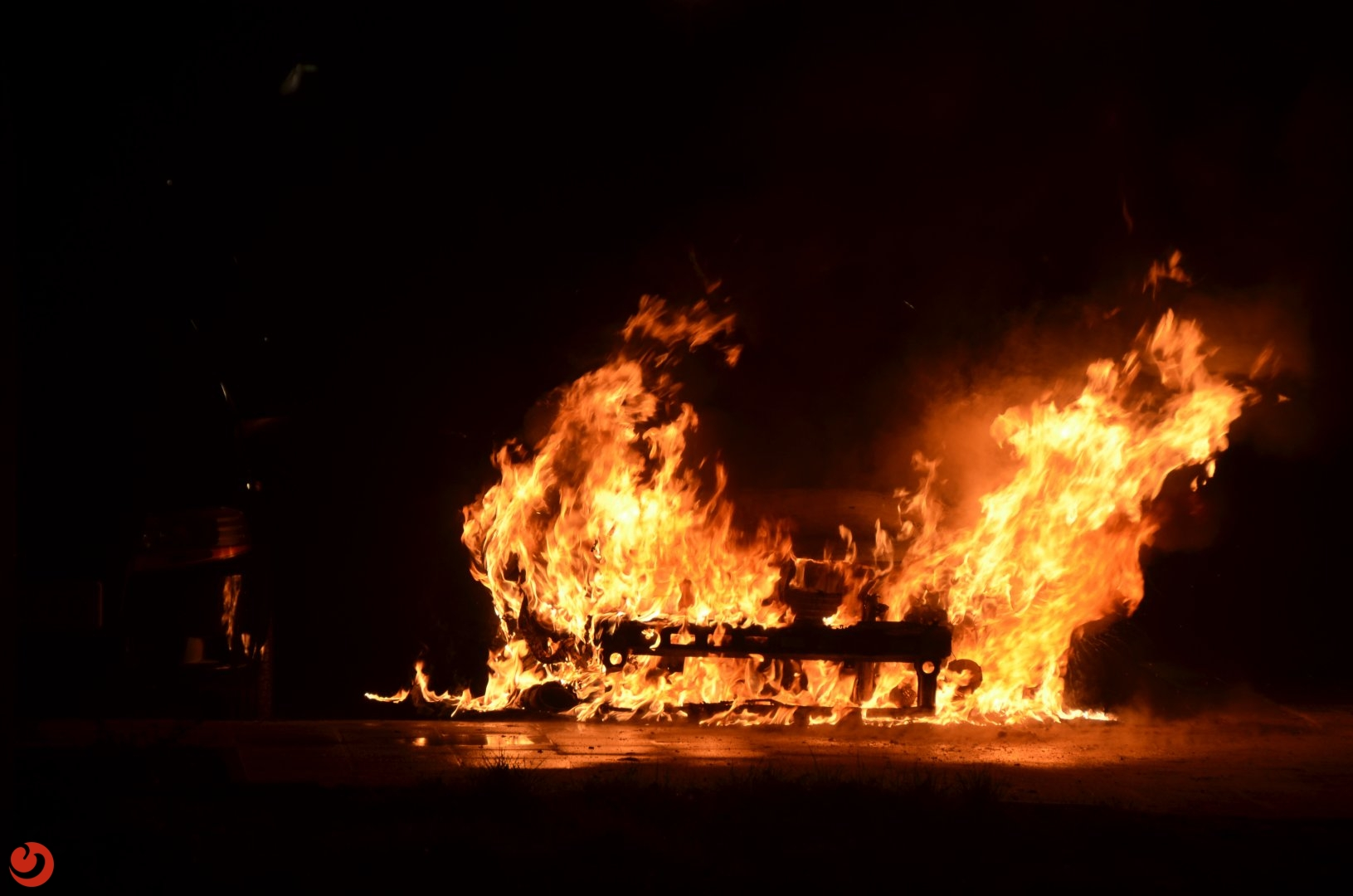 Geparkeerde auto volledig uitgebrand