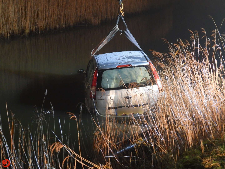Auto komt in Holwerter Feart terecht