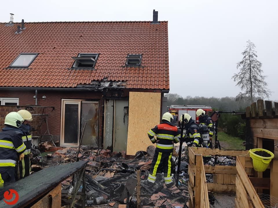 Veel schade door brand tuinhuisje; kat overleden