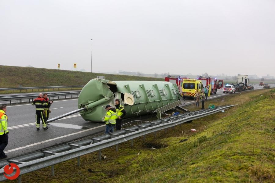 Vrachtwagen ramt viaduct en verliest tank op N31