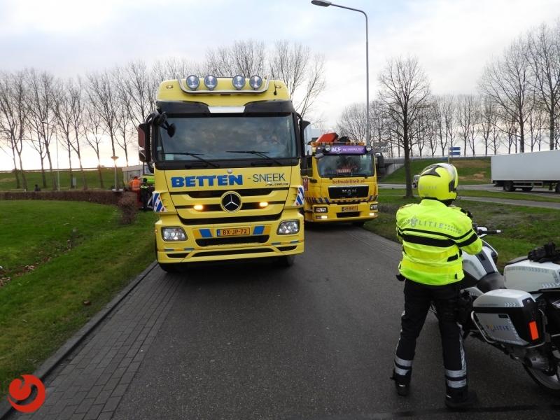 Frontale botsing tussen busje en vrachtauto