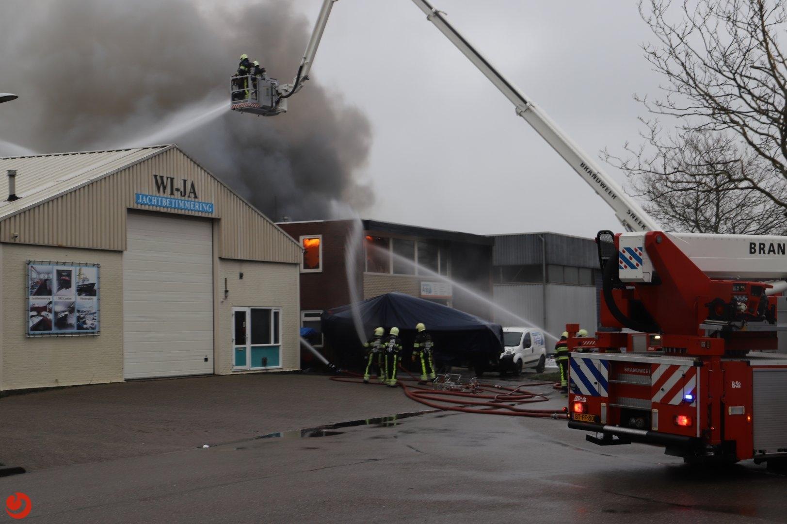 Grote brand verwoest loods met boten