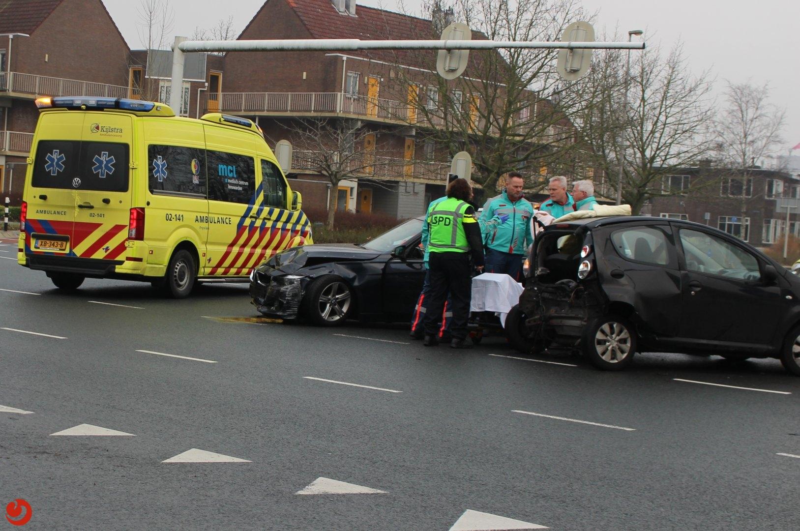 Auto botst op wachtende auto bij verkeerslichten