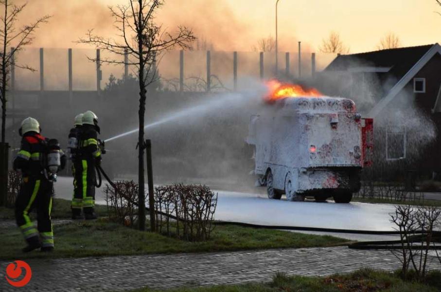 Veegwagen in brand
